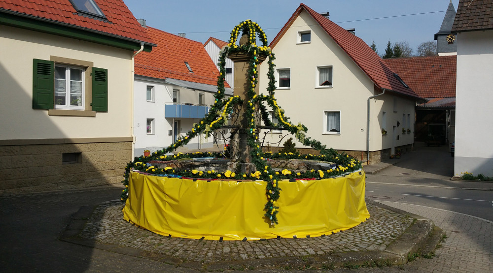 Osterbrunnen in der Ortsmitte