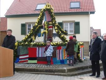 Erster Osterbrunnen in Bahnbrücken