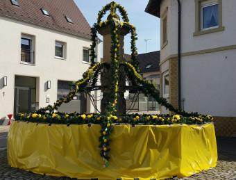 Dorfbrunnen im österlichen Glanz