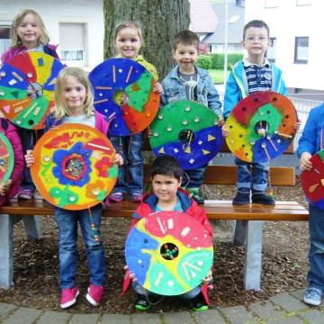 Kindergartenkinder setzen kreative Akzente im Außengelände