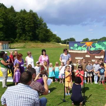 Gottesdienst im Grünen, Kindergartenkinder gestalten mit